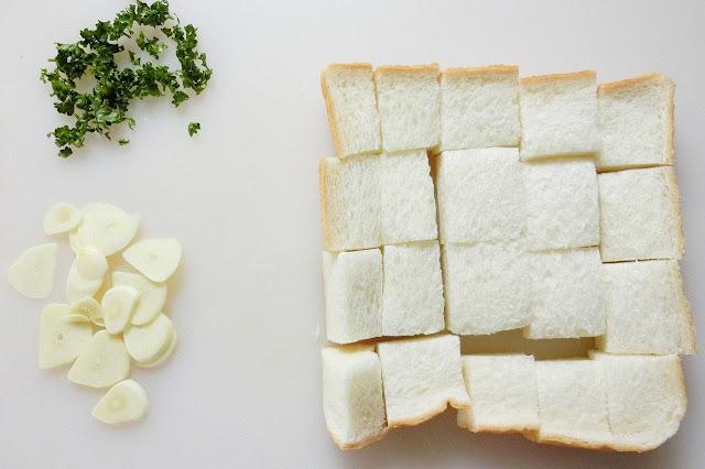 食パンはさいの目に切り、パセリはみじん切り、にんにくは薄切りにします。