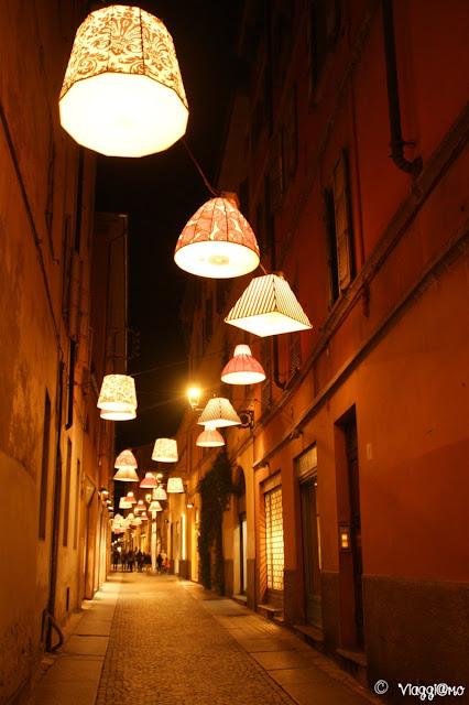 Una bella via nel centro di Parma alle luci della sera