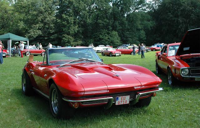 Rote Corvette C2 Cabrio parkt im Schlosspark von Schloss Merode auf dem 1. Fashion Award