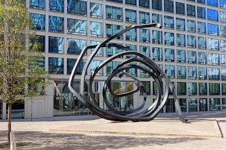Art : Doubles lignes indéterminées, une oeuvre de Bernar Venet - Quartier Michelet, Esplanade Sud - La Défense