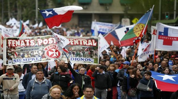 Trabajadores públicos chilenos evalúan si continúan en paro