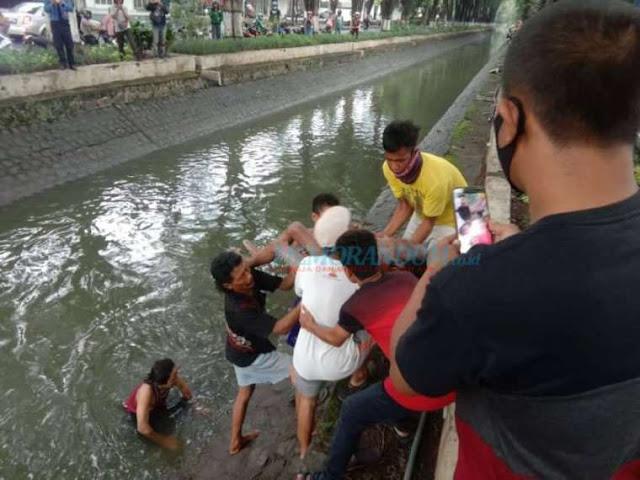 Siswa SD Kutisari Tewas Terseret Arus Sungai Rungkut