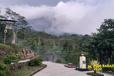 Malahayu.xyz Awan kabut putih menyelimuti Gunung Merapi yang berada di antara wilayah Provinsi Jawa Tengah dan Yogyakarta