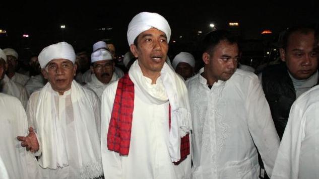 Bagi-bagi Sembako di Pinggir Jalan, Presiden Jokowi Disebut Mirip Umar Bin Khattab
