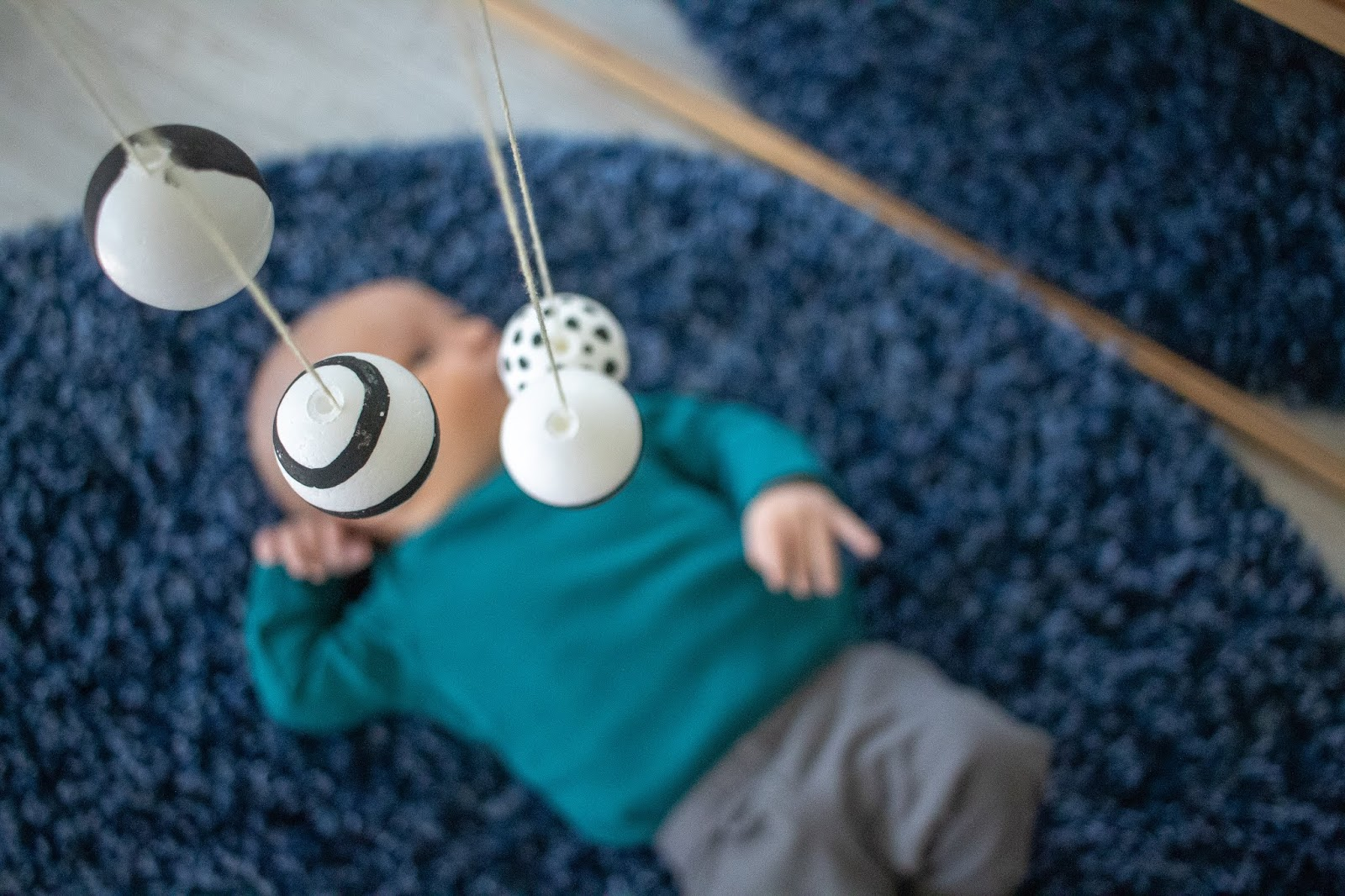 3 reasons to love the Montessori mobiles, plus a timeline for the first few weeks of life