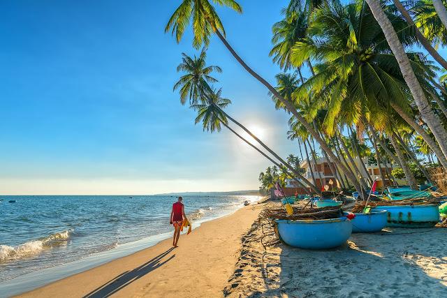 Làng chài Mũi Né nằm trên con đường Huỳnh Thúc Kháng, cách bến xe Mũi Né khoảng 200m, cách trung tâm thành phố Phan Thiết khoảng 23km về phía Bắc, cách chợ Mũi Né khoảng 1km, bãi biển nơi đây sóng yên gió lặng quanh năm, là vị trí lý tưởng cho tàu bè trú ẩn.