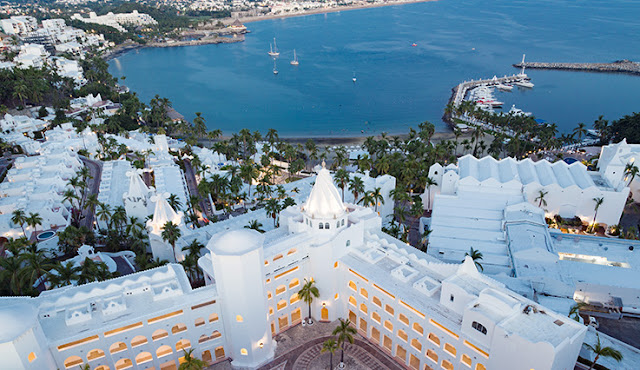 Let yourself be enchanted by the magic of Las Hadas Golf Resort & Marina Manzanillo. With white marble floors, luxurious amenities, and a private terrace, each of the suites will leave you captivated.