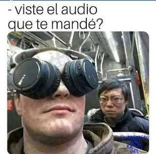 Hombre con auriculares puesto en los ojos