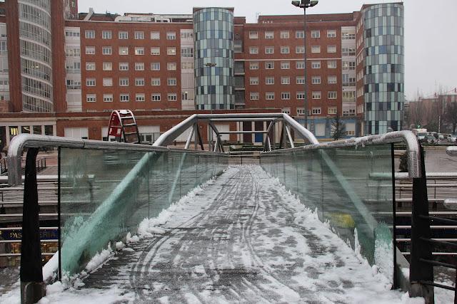 Puente peatonal de la plaza de Cruces afectado por la nueve y el hielo