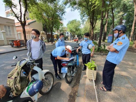Tháo khẩu trang ra ăn, người Sài Gòn bị phạt: Thế nào là không đeo khẩu trang?