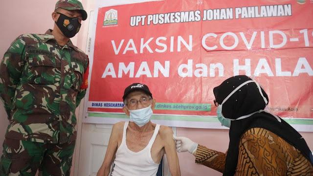 Sukseskan Vaksinasi Covid - 19, Babinsa Jajaran Kodim 0105/Abar Antar Jemput Dan Gendong Lansia