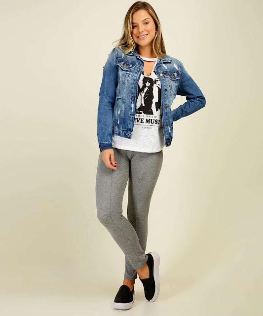 Jaqueta feminina confeccionada em tecido jeans. Possui fechamento por botões no entremeio, bolsos na frontal