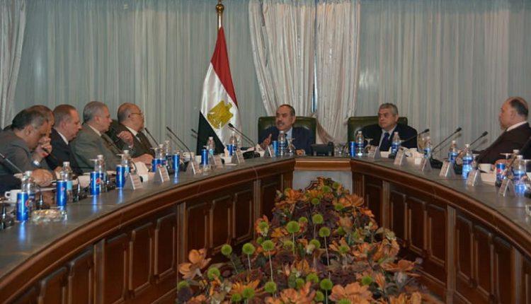 وزير الطيران يوجه بسرعة تسهيل سفر وعودة المصريين والأجانب قبل توقف الرحلات الجوية