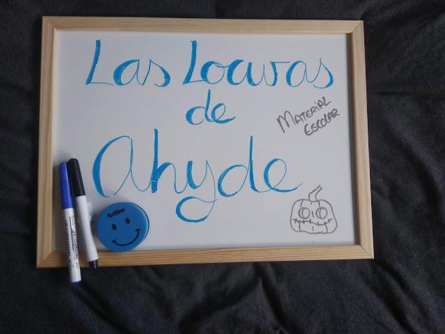 rotuladores, borrador y pizarra blanca con las locuras de ahyde escrito en azul