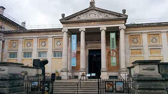 Dünyadaki ilk müze nerede açılmıştır?