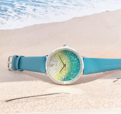 沖縄の海と時計が写っている写真