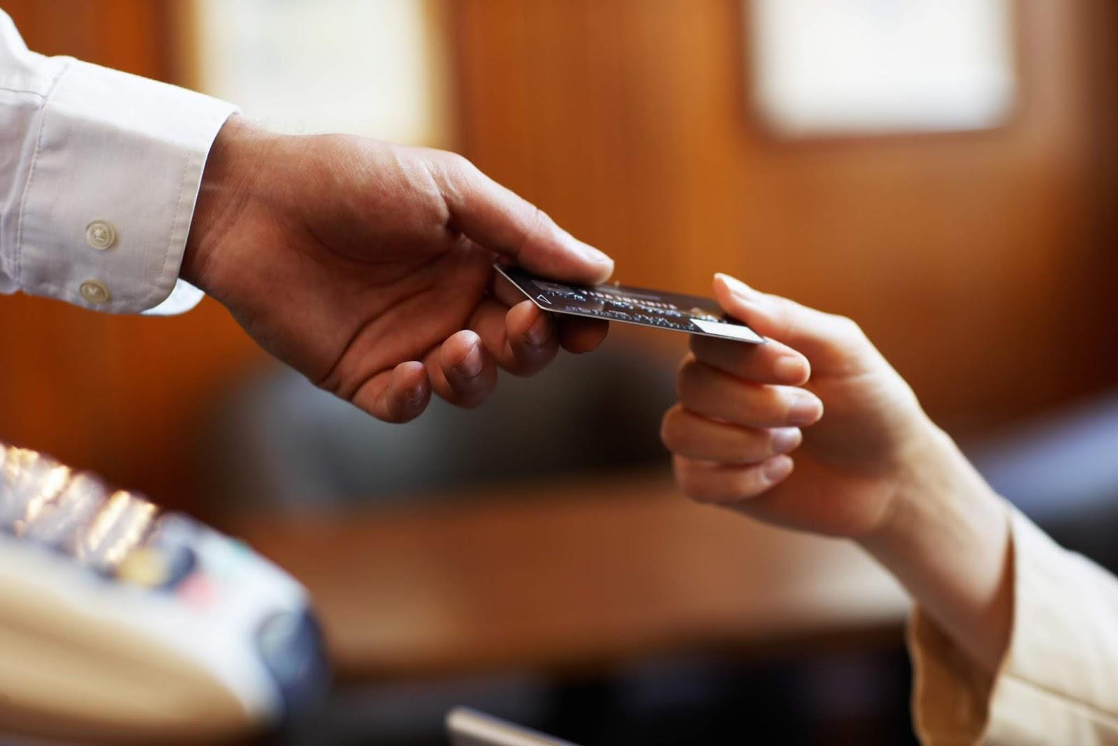 Τι αλλάζει στις ηλεκτρονικές συναλλαγές: Οι δαπάνες που υπολογίζονται στο νέο όριο του 30%