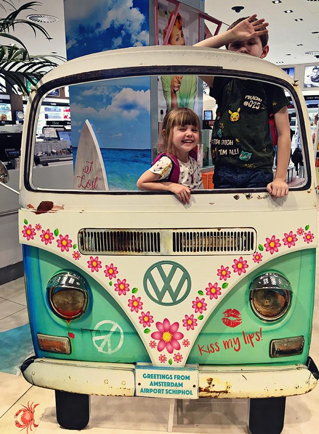 Schiphol kinderen Volkswagen busje