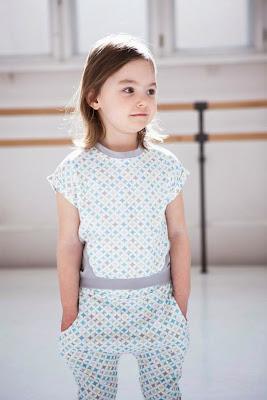 dfaf7d2237 Kompletne kolekcje odzieżowe dla dzieci obejmują ubrania dla niemowląt oraz  dziewczynek i chłopców w dwóch przedziałach wiekowych (2-8 lat