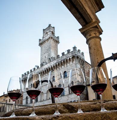 wine tasting in Piazza Grande Montepulciano