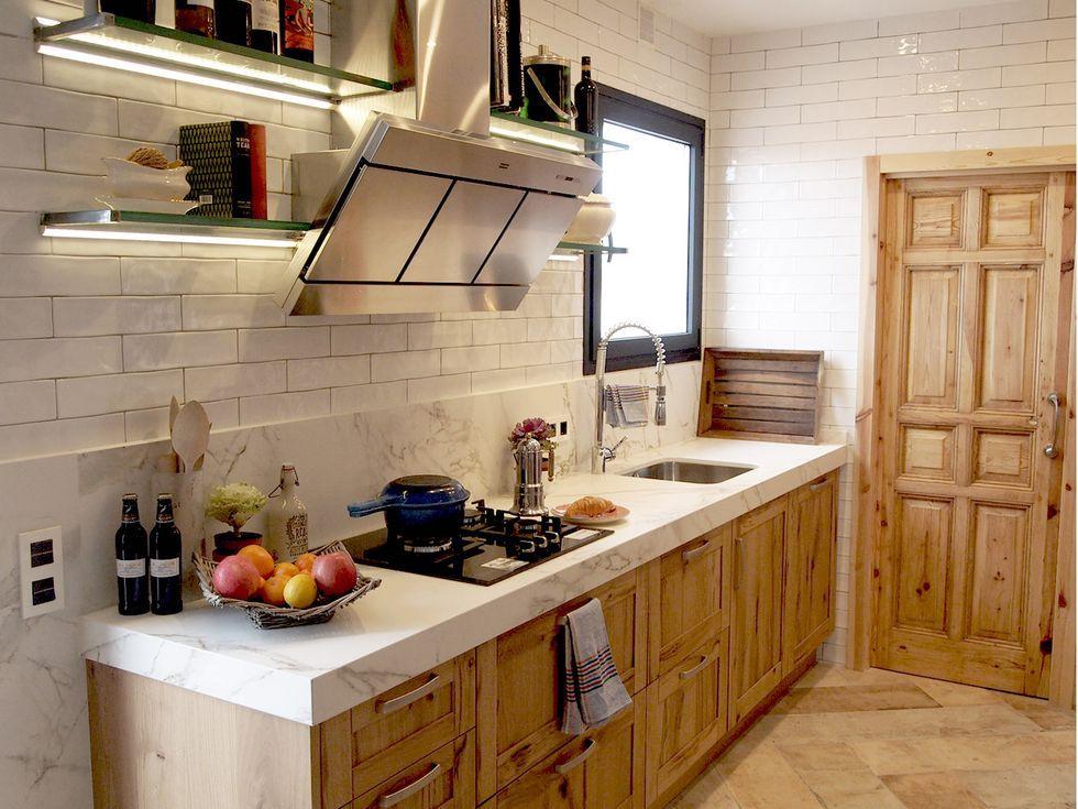 Cocina de madera de estilo rústico con frente de azulejo tipo metro y encimera de mármol