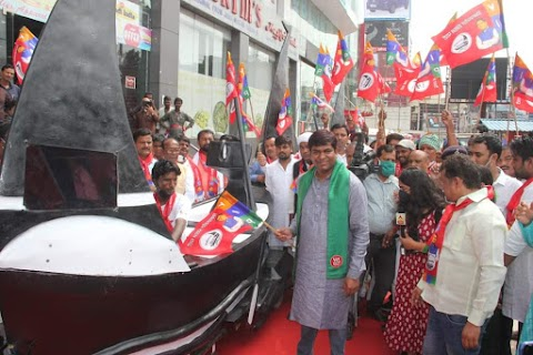 वीआईपी पार्टी के राष्ट्रीय अध्यक्ष सन ऑफ मल्लाह मुकेश सहानी ने किया चुनाव चिन्ह रथ यात्रा का शुभारम्भ