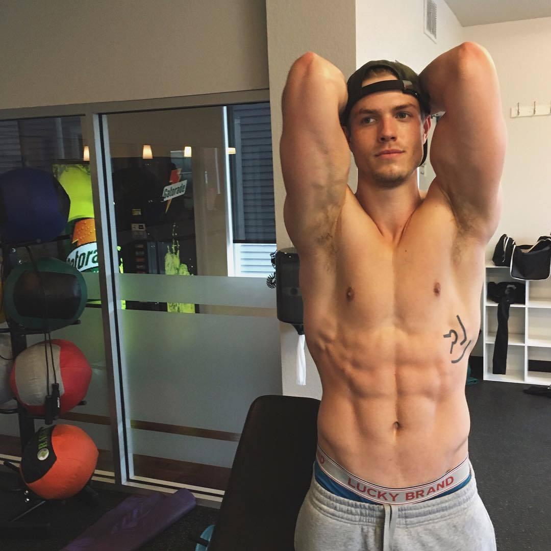 cute-shirtless-gym-bad-boys-shaved-armpits-fit-body-baseball-cap