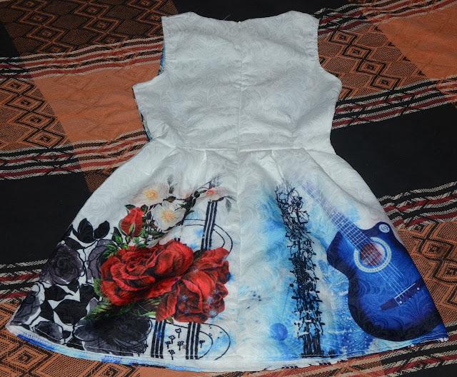 faz alguns dias que eu recebi dois itens da loja yoyomelody, eu demorei a postar a resenha primeiro porque a encomenda foi taxada e segundo o vestido ficou um pouco apertado