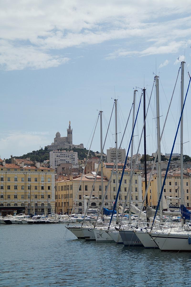 Marseille Alter Hafen, Blick zur Notre-Dame de la Garde, Segelschiffe,  Sehenswürdigkeiten Reisen Südfrankreich im Sommer. Tasteboykott Blog.