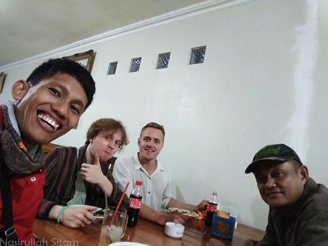 Foto bareng teman yang satu travel menuju Jepara