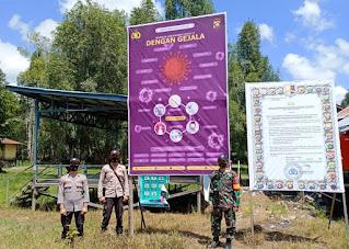 Cegah Penyebaran Covid-19, Babinsa Dan Bhabinkamtibmas Pasang Baliho Setinggi 2,5 Meter di Posko Desa Nanga Ketungau