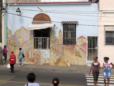 Santiago de Cuba, Los Dos Abuelos. Blick auf die bemalte Fassade des Patio de Musica.