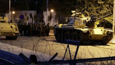 Tanques del Ejército turco desplegados en las calles de Estambul, 15 de julio de 2016.