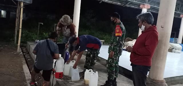 Koramil 04/Pedan Bersama Relawan Melaksanakan Penyemprotan Disinfektan Di Malam Hari