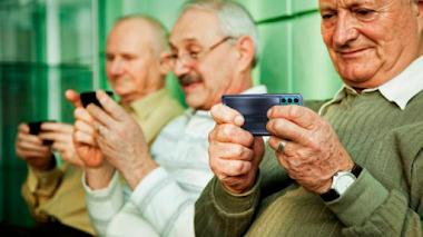 Cómo ayudar a los adultos de la tercera edad en su transición digital con Motorola - Denek32