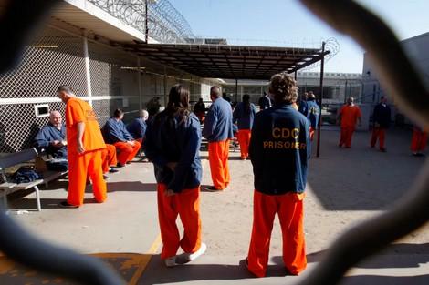 """""""عبودية القرن 21"""" .. هكذا تتحول سجون أمريكا إلى أسواق نخاسة"""