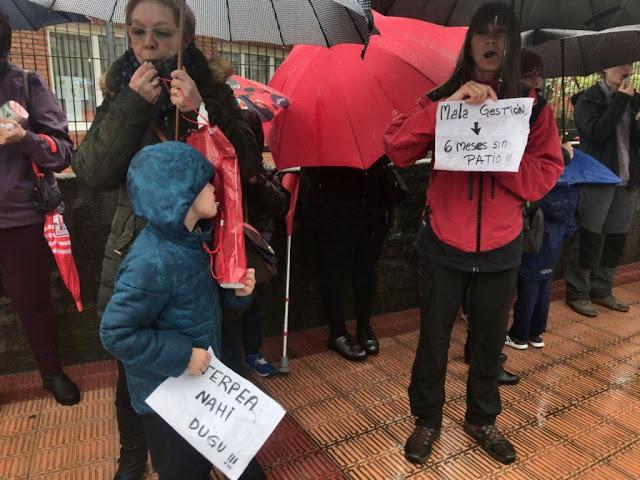 protesta familias Gurutzeta por retraso en el 'aterpe' del colegio