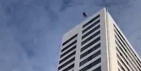 Τρομακτικό βίντεο: Πέφτει από 24ωροφο κτήριο αλλά το αλεξίπτωτο που φοράει δεν ανοίγει