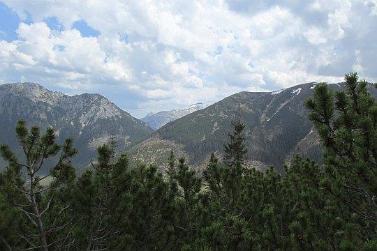 Ornak (z prawej), Kominiarski Wierch (z lewej), w głębi widać czubek Giewontu.