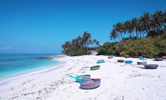 Khi đặt chân lên cảng cá, bạn sẽ nhận ra Lý Sơn không còn hoang sơ, du lịch ở đây giờ đã phát triển. Đảo xa không thiếu những nhà nghỉ cao tầng, những khách sạn đồ sộ cũng dãy nhà hàng nằm san sát dọc con đường ven kè biển.