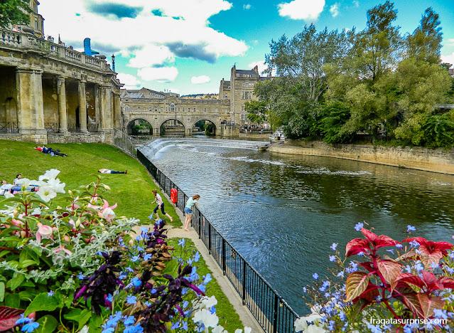 Parade Gardens e Pulteney Bridge, em Bath, Inglaterra