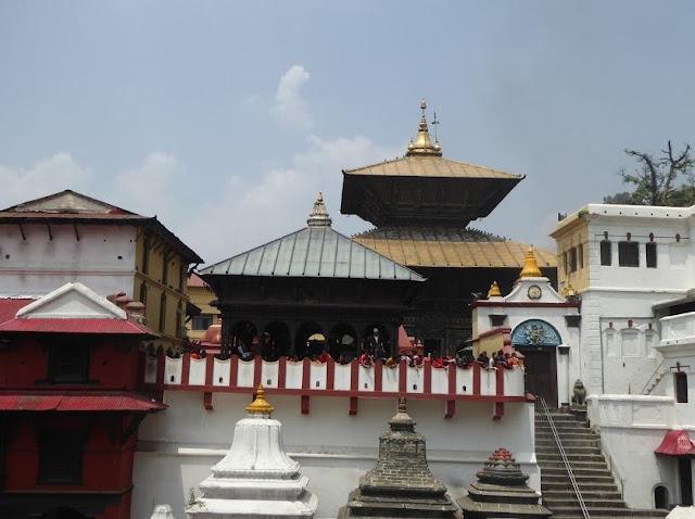il tempio di pashupatinath visto dal fiume