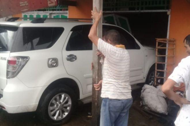 Rumah Warga di Bone Hancur Ditabrak Mobil