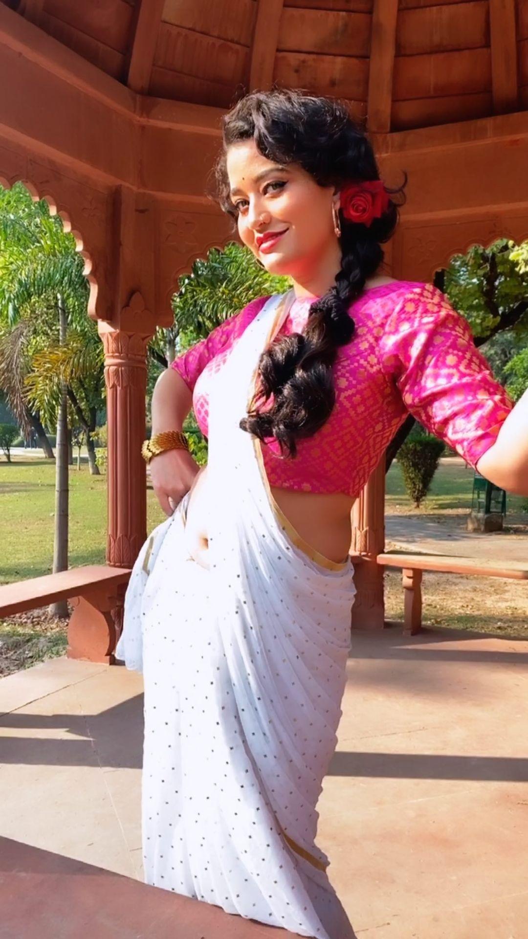 Shweta Sharma Instagram Saree Photos Images Wallpapers Download Free