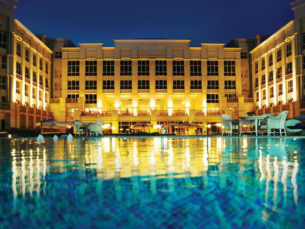 مطلوب لفندق 5 نجوم في الامارات مضيف نادل