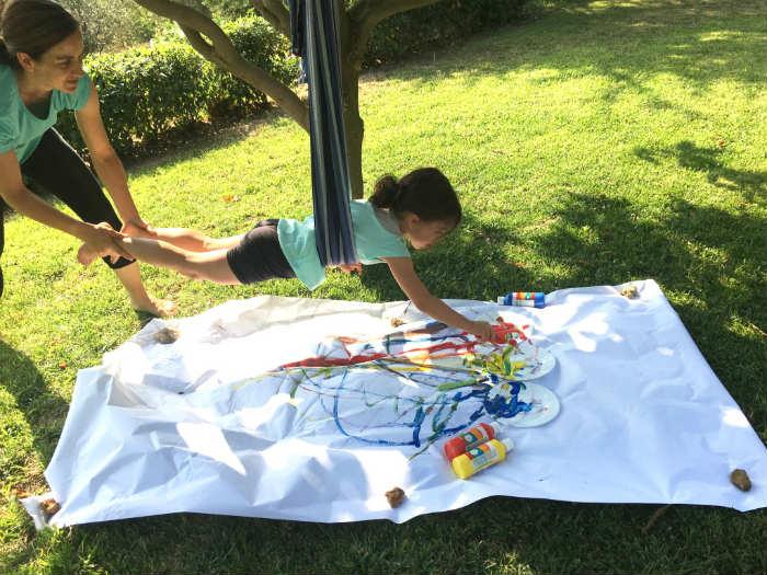 actividad niños colgados pintura en movimiento material ecológico natural
