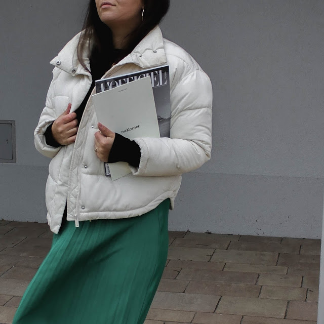SLIGHT GREEN SKIRT AND WHITE PUFFER JACKET - Czytaj więcej »