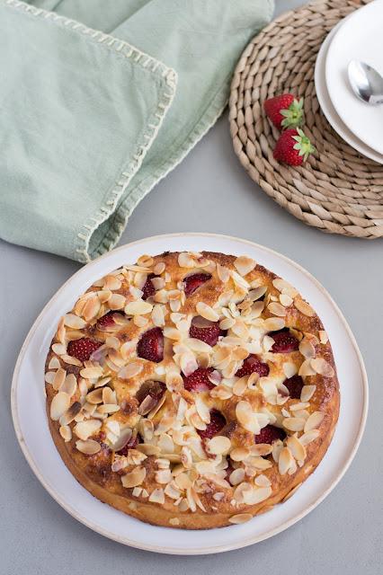 Gâteau à la ricotta, amandes et fraises