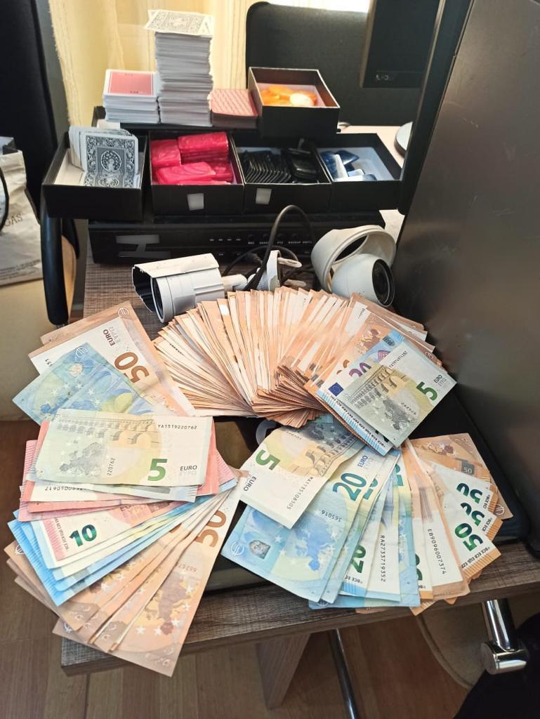Πρόστιμο 3.000 ευρώ γιατί έπαιζαν φρουτάκια εν μέσω lockdown