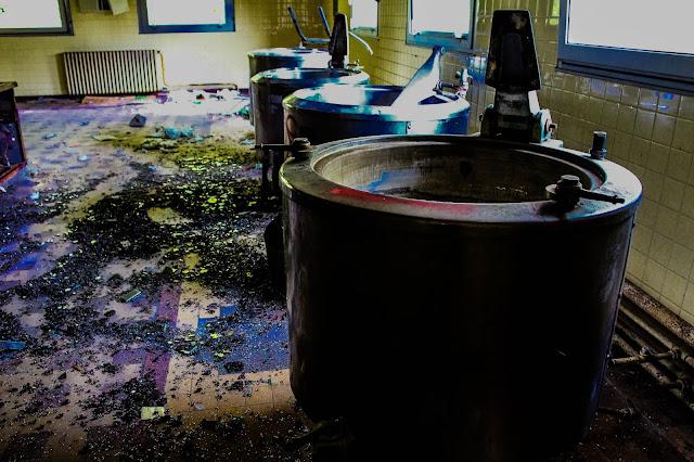 photo des cuves presentes dans la cuisine du sanatorium abandonné